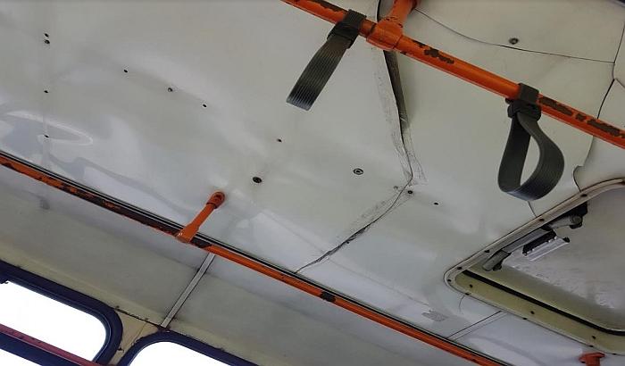 FOTO: Napukli krov u novosadskom autobusu prilepili jačim selotejpom