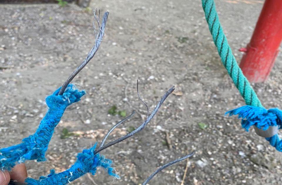FOTO: Žice pretnja deci na igralištu na Štrandu, biće postavljeni novi rekviziti