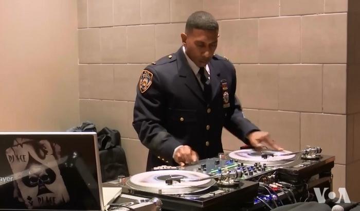 Policajac koji u uniformi radi kao DJ sve popularniji u Njujorku