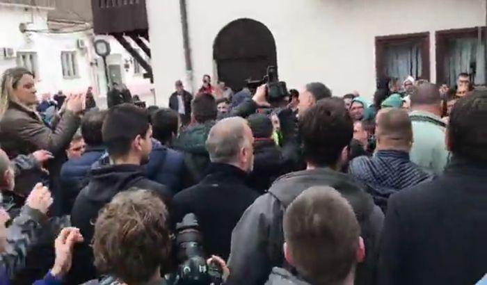 VIDEO: Konstatovana ostavka Simonovića, ispred Skupštine pristalice opozicije i SNS