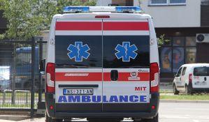 Povređen muškarac u sudaru tri automobila na Bulevaru patrijarha Pavla, ispred kružnog toka