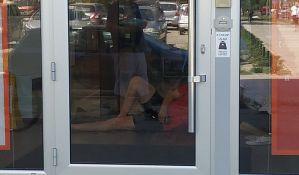 FOTO: Legao na ulaz u banku jer nisu hteli da ga puste bez maske