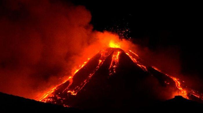 VIDEO: Aktivirao se vulkan Etna, lava letela 100 metara u visinu