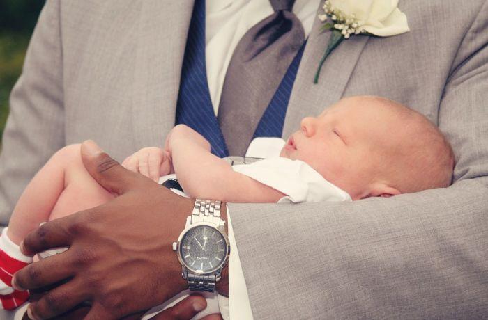 Istraživanje pokazalo fascinantan razlog zašto većina ljudi bebe drži na levoj strani tela