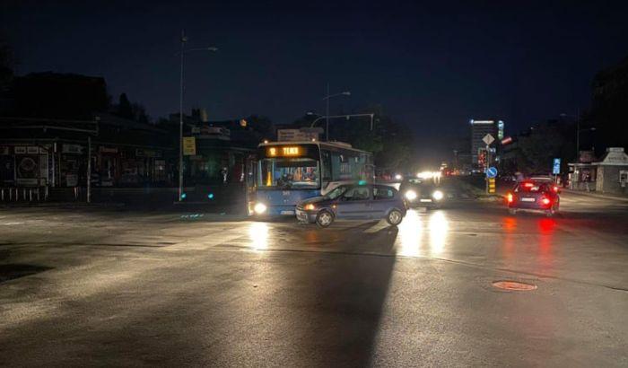 """FOTO: Prekid struje """"kumovao"""" sudaru autobusa i automobila kod Limanske pijace"""