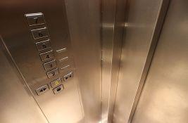 Javno preduzeće za 24 miliona dinara tražilo da inženjeri lepe nalepnice u liftove