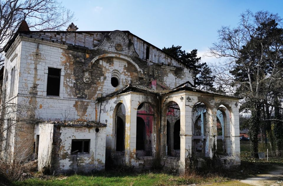 """FOTO Kako izgleda nebriga: Špicerov dvorac postao """"dvorac špriceva"""", obnova samo reč"""