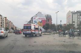 FOTO: Hitna pomoć prevozila pacijenta, pa se sudarila na Bulevaru Evrope, povređen muškarac