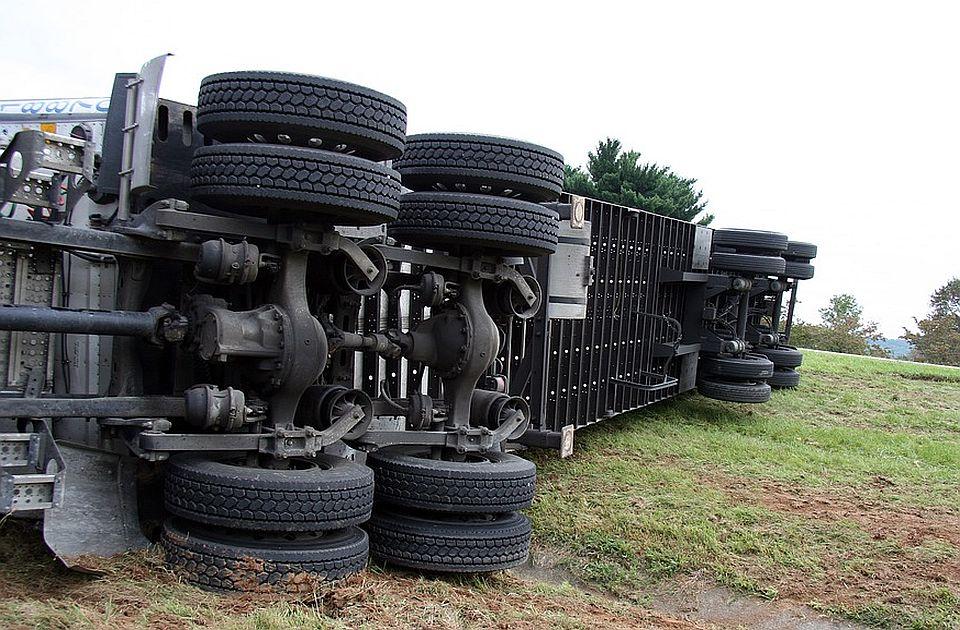 Normalizovan saobraćaj kod petlje Sremska Mitrovica, uklonjen prevrnuti kamion