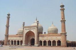 VIDEO: Turistima zabranili ulaz u džamiju zbog snimka devojaka koje plešu ispred bogomolje