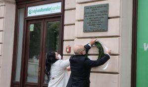 FOTO: Položeni venci na spomen-ploču na Trgu slobode povodom obeležavanja prisajedinjenja Vojvodine