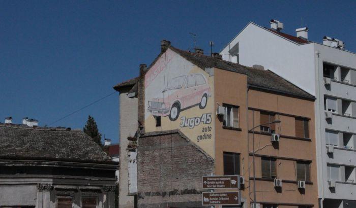 FOTO: Yugo 45 odavno nije auto godine, a uskoro će nestati i njegova reklama sa fasade u centru Novog Sada