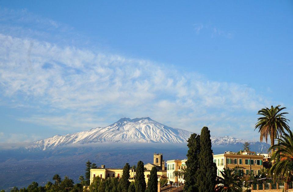 Erupcija vulkana Etna na Siciliji, avionski saobraćaj u prekidu