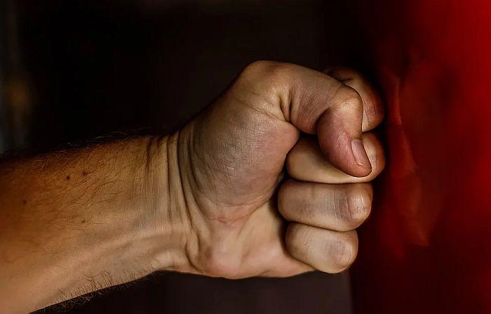 Drastičan porast porodičnog nasilja u Francuskoj od uvođenja karantina, država plaća hotel žrtvama