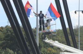 FOTO, VIDEO: Zastave Srbije zavijorile se širom Novog Sada, radnici