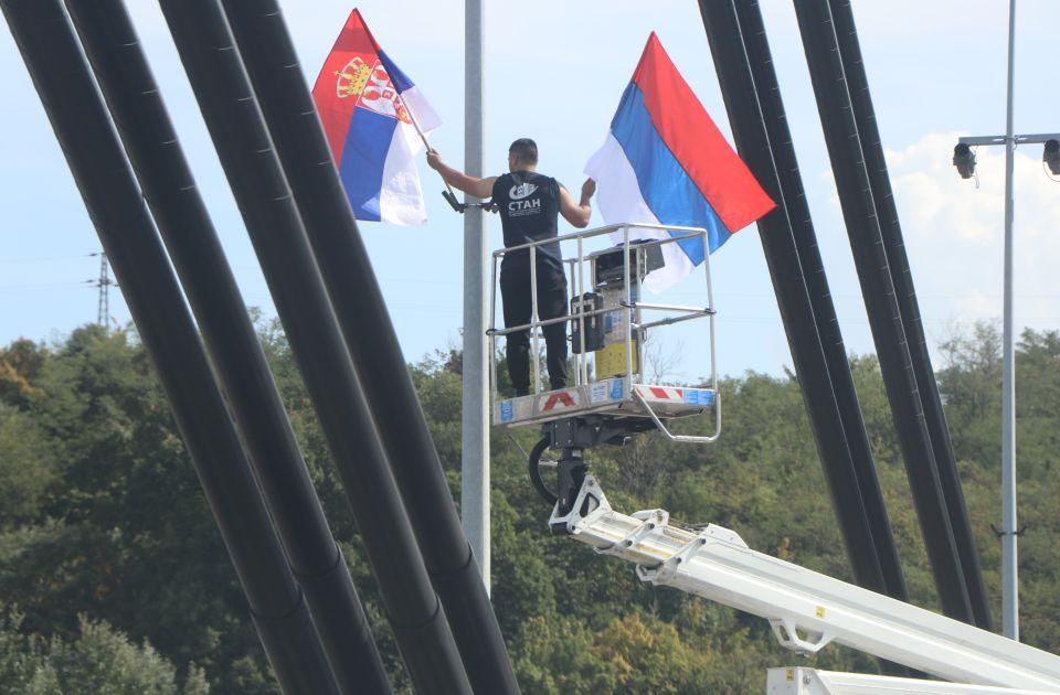 """FOTO, VIDEO: Zastave Srbije zavijorile se širom Novog Sada, radnici """"Stana"""" na terenu"""