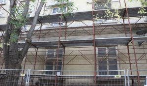 FOTO: Nakon pisanja 021, počela popravka fasade kasarne u Vojvode Bojovića