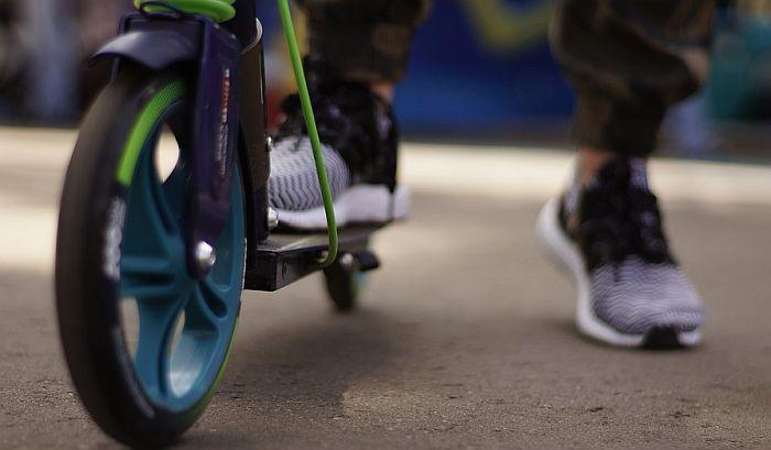 Francuska: Dvoje mladih poginulo vozeći električni trotinet