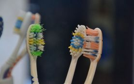VIDEO: Zubar pokazao kako pravilno očistiti četkice za zube