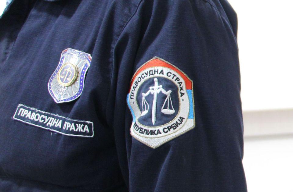 Šestoro osumnjičenih da su oštetili javnog izvršitelja u Novom Sadu pušteni da se brane sa slobode