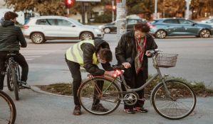 Novosadska biciklistička inicijativa delila svetla i