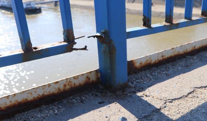 FOTO, VIDEO: Manje popravke ograde Varadinskog mosta, nerešen status vlasništva odlaže veće radove