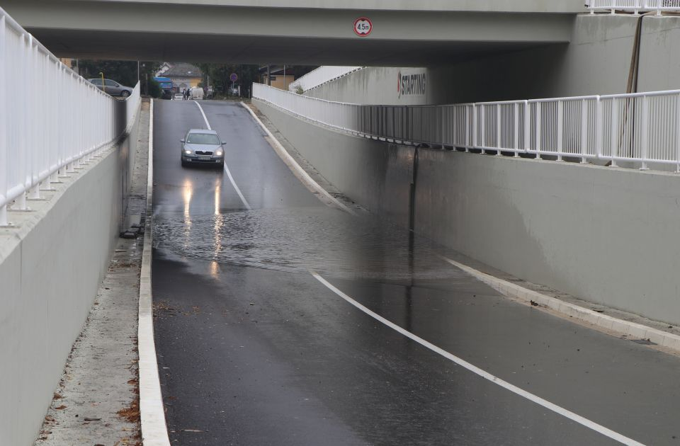 FOTO, VIDEO: Podvožnjak ka Sadovima poplavljen, ukradena pumpa