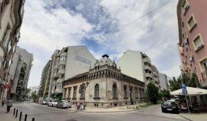 Slika novosadskog urbanizma: Jedinstvena kuća sa oslikanom fasadom okružena višespratnicama