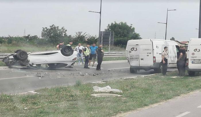 FOTO: Sudar na Bulevaru Evrope, vozilo završilo na krovu