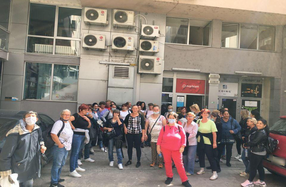 """FOTO Štrajk novosadskih čistačica zbog zaostalih plata: """"Gladne smo, nemamo za račune"""""""