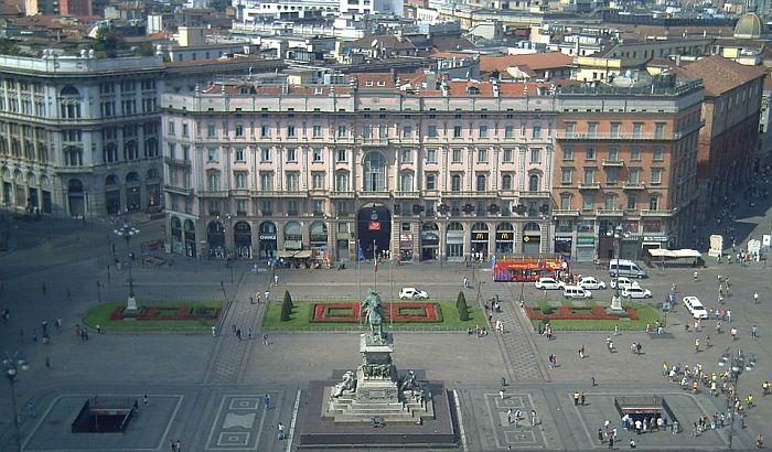 Par u Milanu kažnjen jer se ljubio na ulici