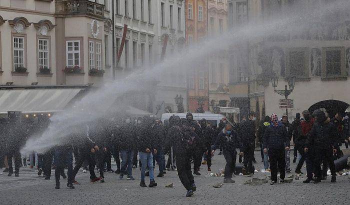 Policija u Pragu vodenim topovima i suzavcem razbila protest protiv nošenja maski