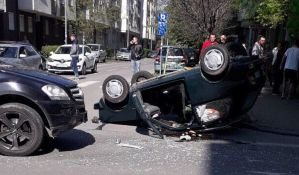 FOTO: Vozač povređen u sudaru na Grbavici,