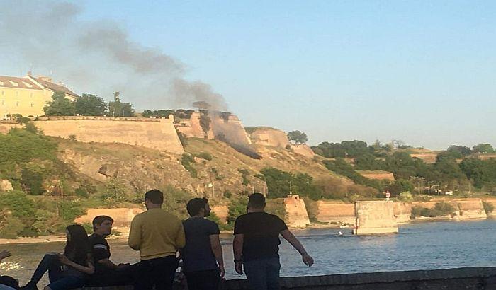 FOTO: Požar na Petrovaradinskoj tvrđavi