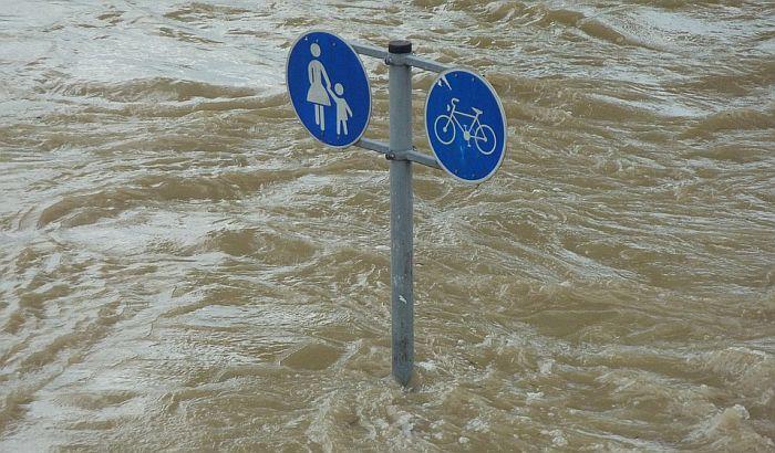 Velike poplave u Nemačkoj, vozač stradao, u prekidu železnički saobraćaj
