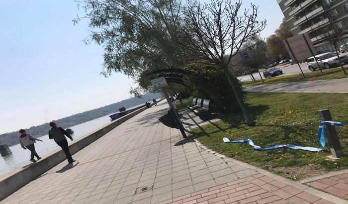FOTO: Građani pokidali trake kojima je zatvoren Kej