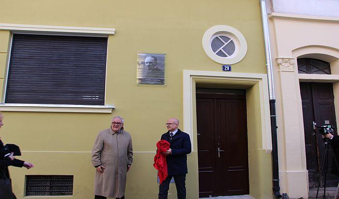 FOTO: Na kući u centru Novog Sada postavljena spomen-ploča Slobodanu Jovanoviću
