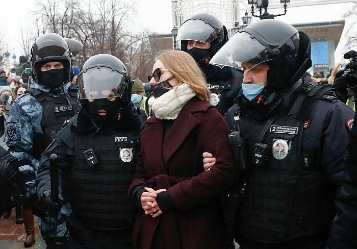 FOTO: Više od 2.000 ljudi uhapšeno u Rusiji na demonstracijama za opozicionara Navaljnog, kao i njegova supruga