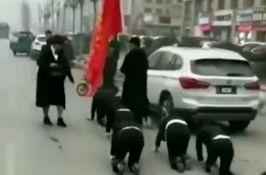 VIDEO: Radnici za kaznu što nisu ispunili kvotu morali da puze po ulici