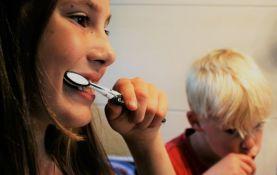 Zube ne treba prati odmah nakon jela, u tuš kabini ili na wc šolji