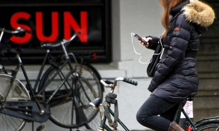Holandija zabranjuje upotrebu mobilnih na biciklima