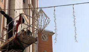FOTO: Počelo postavljanje novogodišnje rasvete u Novom Sadu