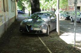 FOTO: Vadili stubiće da bi se parkirali na zelenu površinu, problemi za one koji su se pobunili
