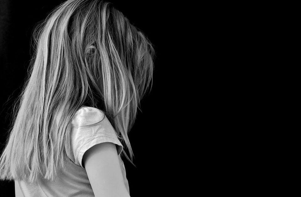 Domovi za decu u Srbiji kao paklene rupe: Bolesna deca ceo dan u kavezima bez nege, puštena da umru