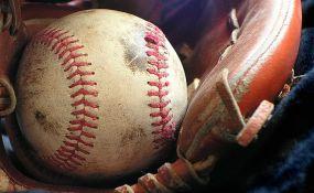 Devojčicu na utakmici pogodila bejzbol loptica, ima trajno oštećenje mozga