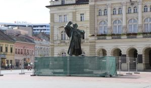 FOTO: Počinje sanacija spomenika Svetozaru Miletiću u Novom Sadu, prva u poslednjih 12 godina