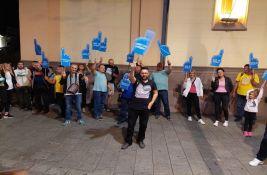FOTO, VIDEO Zrenjanin: Lomili transparente aktivistima koji protestuju zbog vode