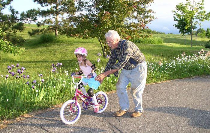 Treba li deke i bake da naplaćuju čuvanje svojih unuka?