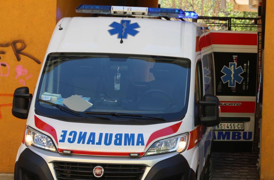 Troje povređeno u sudaru taksija i pežoa kod Sajma
