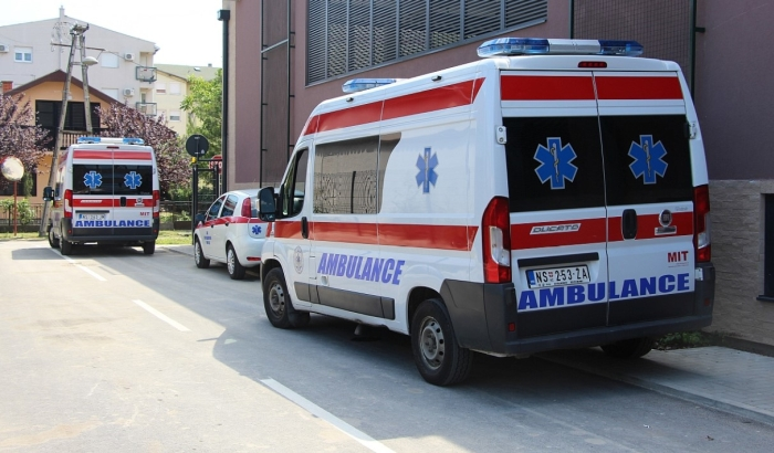 Sudar motocikla i automobila u Petrovaradinu, teže povređen motociklista